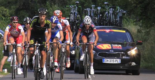 Les équipes candidates lors d'une étape, une voiture les suivant.